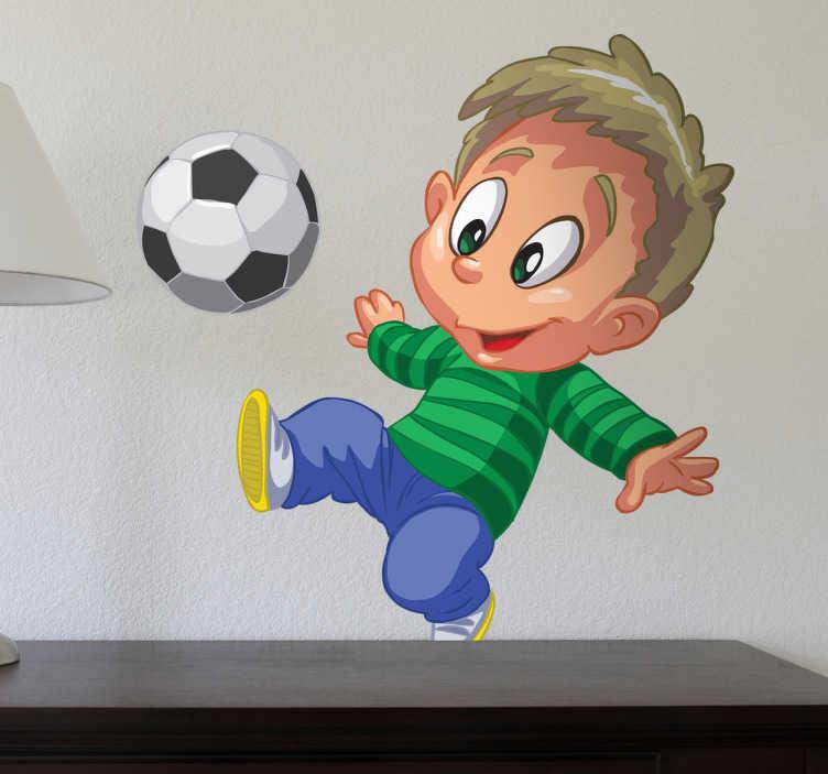 TenStickers. 축구를하는 아이 스티커. 아이들을위한 벽 스티커 - 자녀가 축구를 좋아한다면이 스티커는 자녀의 침실에 적합합니다. 재미있는 분위기를 조성하는 멋진 축구 벽 스티커.