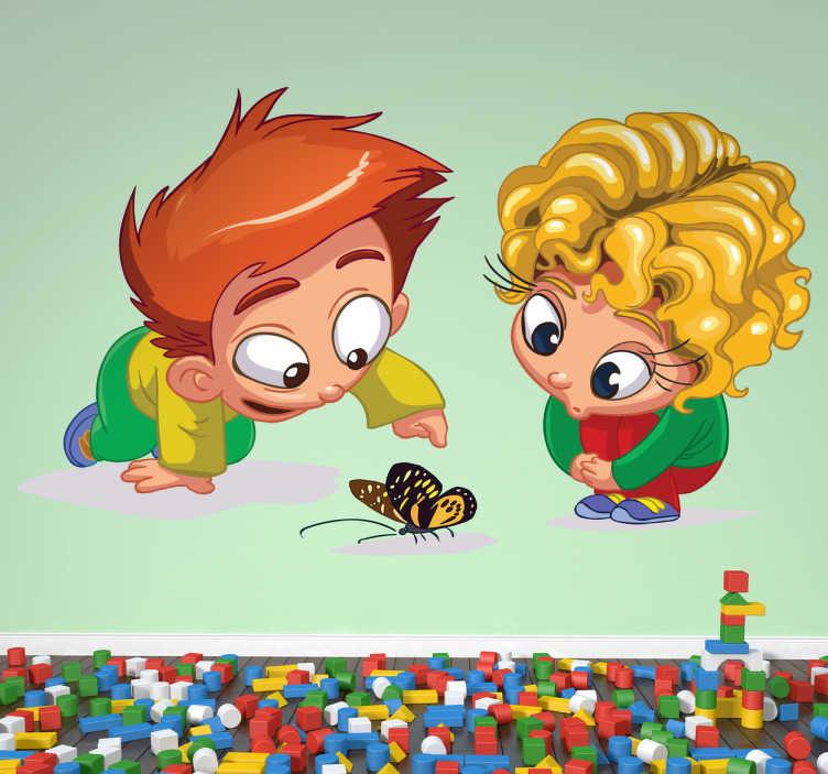 TenStickers. Neugierige Kinder Aufkleber. Zwei Kinder beobachten einen Schmetterling. Dieses Wandtattoo ist ideal für das Kinderzimmer.