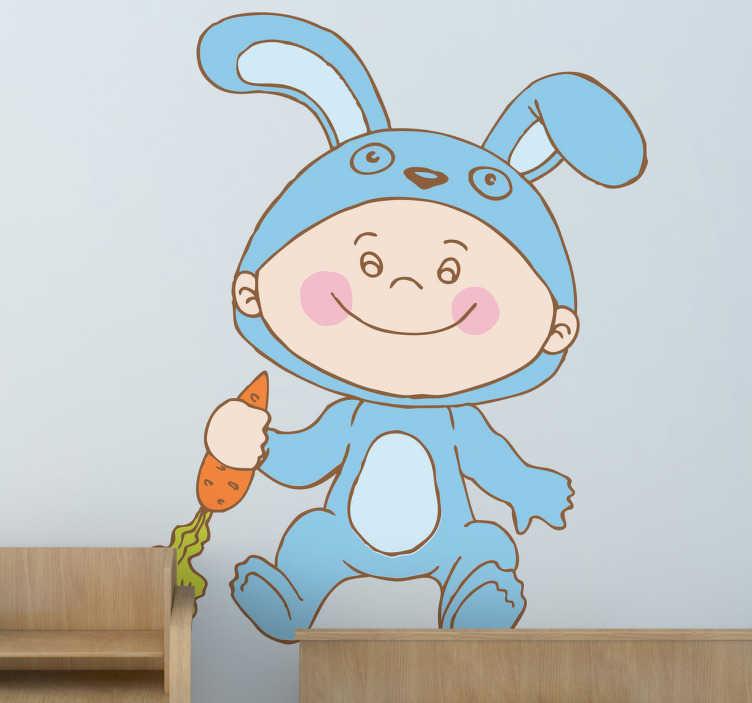 TenStickers. Jongetjes konijnenpak sticker. Dit jongetje draagt een super schattig blauw konijnenpak en heeft een worden in zijn hand op deze muursticker.