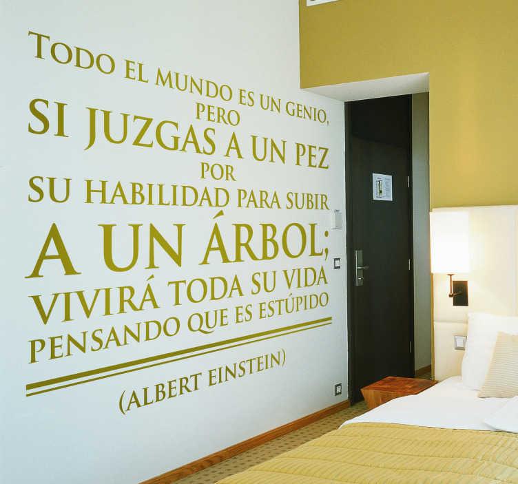 """TenVinilo. Vinilo decorativo frase Albert Einstein. Adhesivo que reza """"todo el mundo es un genio pero si juzgas a un pez por su habilidad para subir un árbol; vivirá toda la vida pensando que es estúpido"""""""