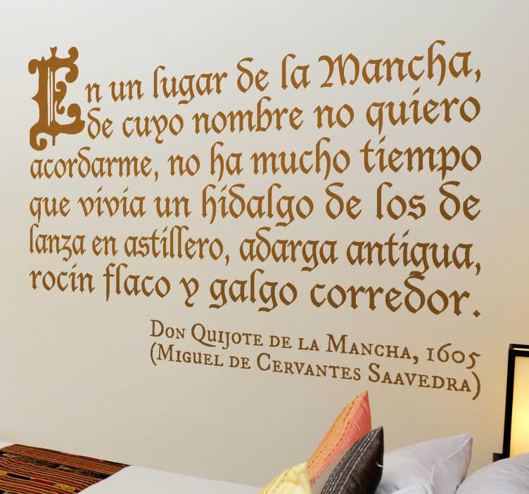 TenVinilo. Vinilo decorativo introducción Quijote. Decora tu casa con un adhesivo que incluye las famosas primeras palabras del libro de Cervantes.