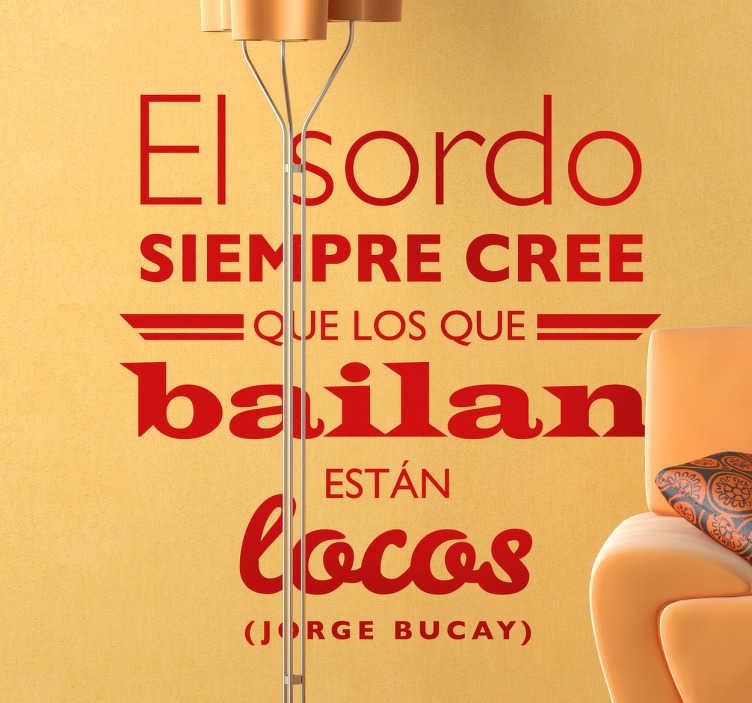 TenVinilo. Vinilo decorativo texto Jorge Bucay. Fantásticas palabras en adhesivo del que seguramente es uno de tus escritores favoritos.