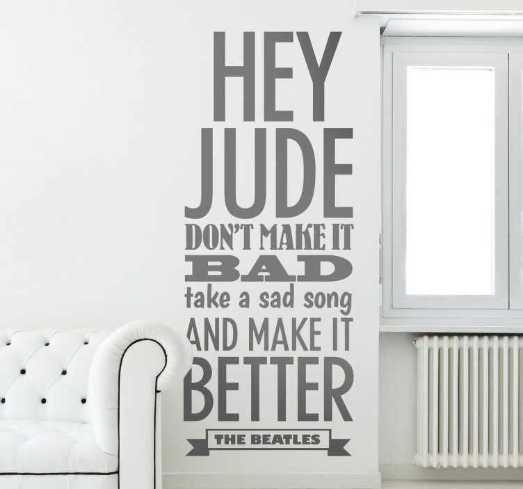 TenStickers. Wallsticker tekst Hey jude. En sticker der illustrerer sangteksten Hey Jude fra The Beatles. Indret dit hjem med denne store tekst wallsticker.