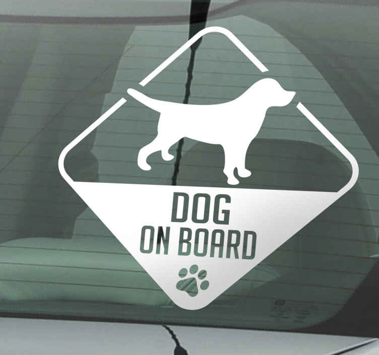 TenStickers. Sticker Dog on board. Decoreer de auto met deze 'dog on board' sticker. De sticker laat andere weggebruikers weten dat er een hond in de wagen zit.