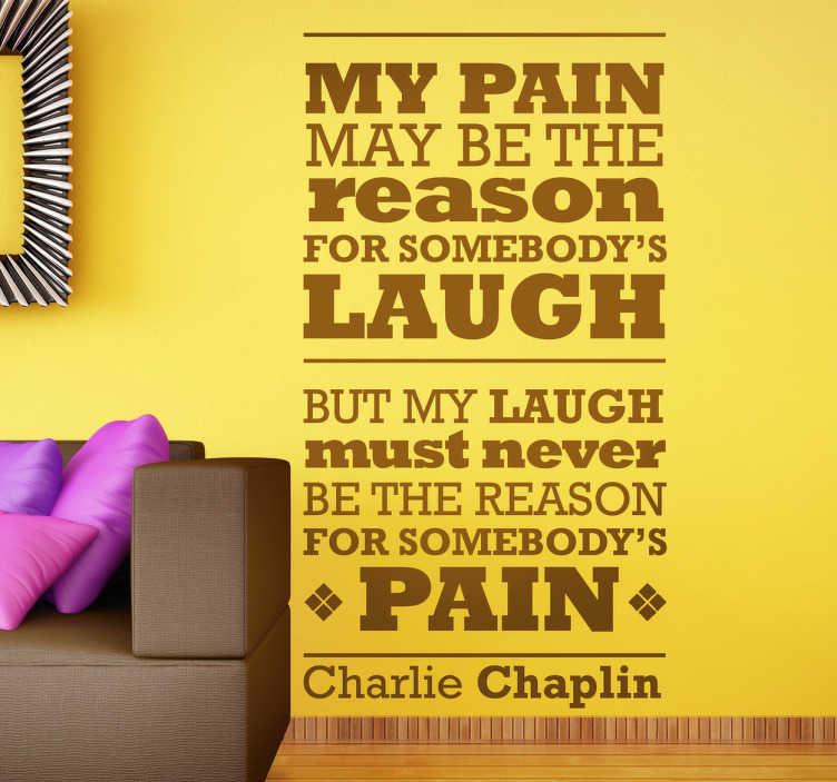 TenStickers. Naklejka ból i śmiech. Naklejka na ścianę z pięknym cytatem komika Charlie Chaplin'a, który twierdzi, że jego śmiech nigdy nie będzie  powodem bólu innych.