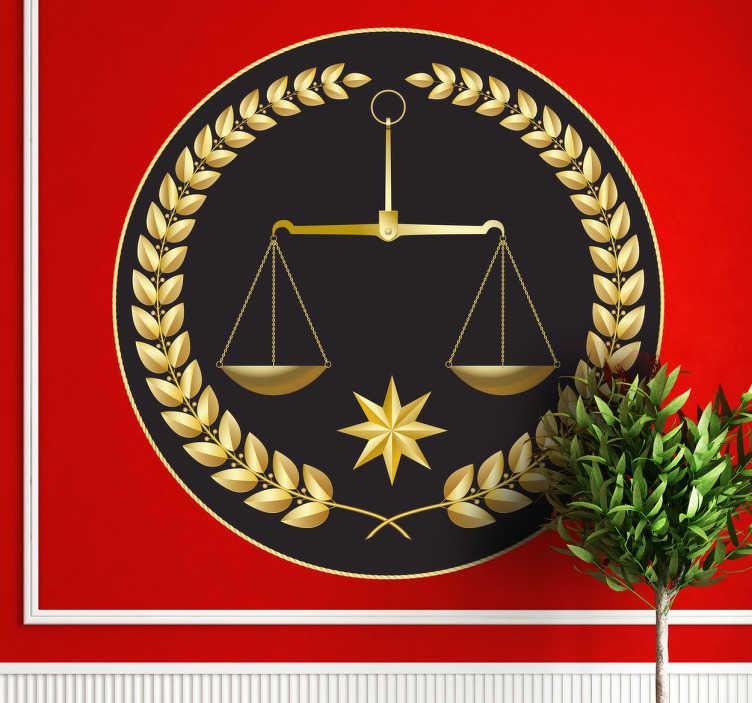TenStickers. Nakleja waga sprawiedliwości. Naklejka dekoracyjna przedstawiająca złotą wagę sprawiedliwości otoczona równie złotym wieńcem laurowym, całość dekoracji na czarnym tle.