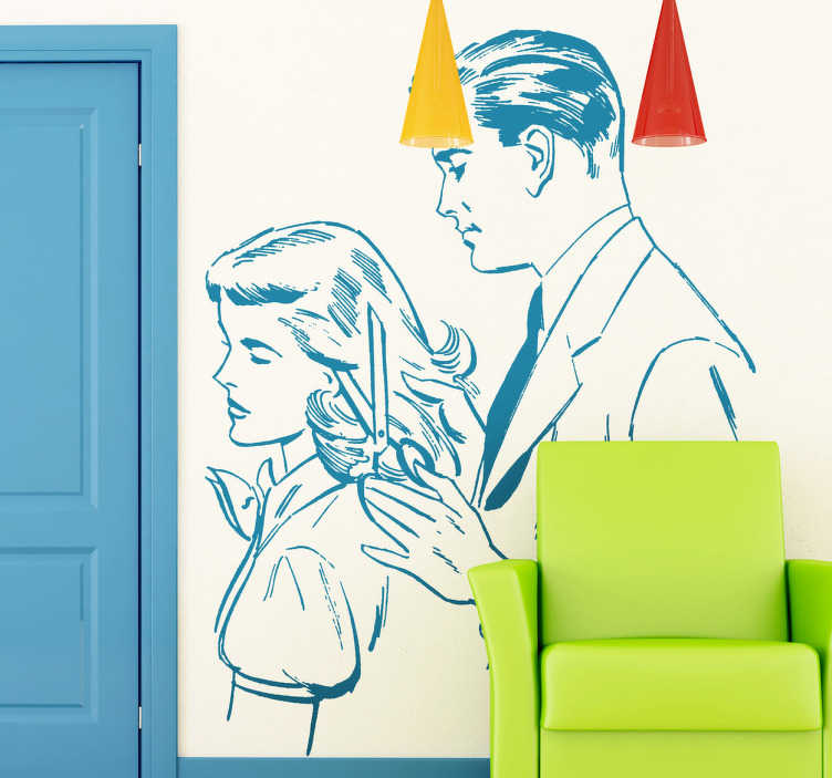 TenStickers. Sticker decorativo parrucchiere vintage. Adesivo decorativo che raffigura un parrucchiere degli anni '50 che taglia i capelli ad una cliente. Una decorazione originale per le pareti o le vetrine di un parrucchiere.
