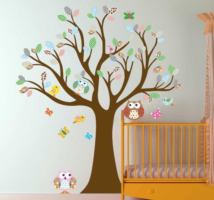 TenStickers. Adesivo de parede infantil árvore colorida. Autocolante de parede infantililustrativo de umaárvore colorida, com corujas, vários pássaros e algumas borboletas.
