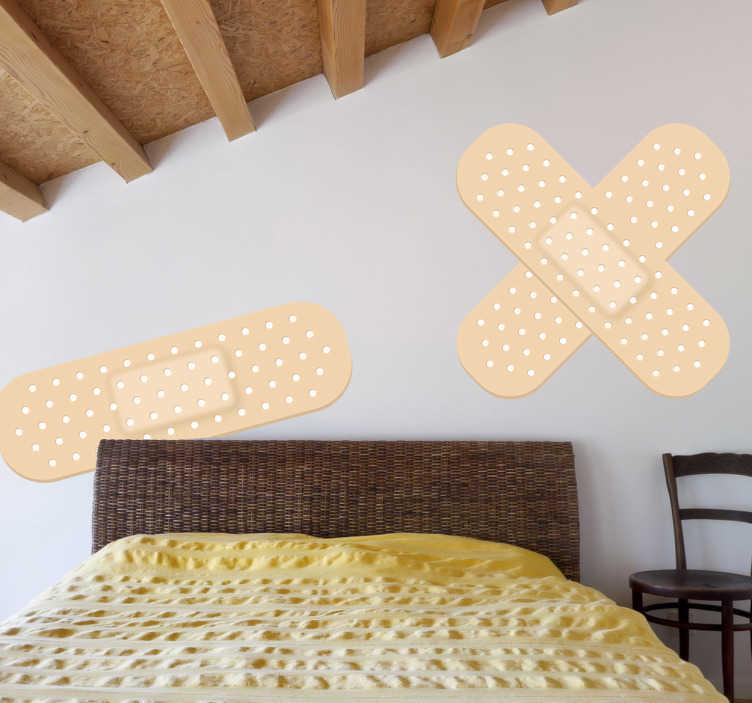 TenStickers. Muursticker decoratieve pleisters. Decoreer uw muren met het idee alsof deze schade hebben geleden met deze humoristische muursticker van pleisters.