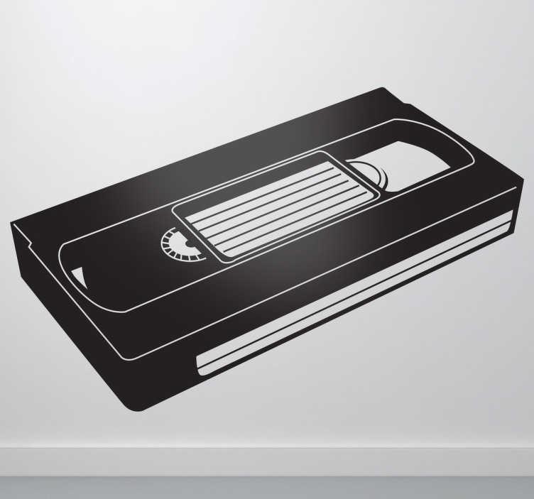 TenStickers. Sticker décoratif VHS. Pour les nostalgiques des cassettes vidéos du siècle dernier, voici un stickers illustrant une cassette VHS qui devrait vous rappeler de nombreux souvenirs de bons moments passés entre amis ou en famille.