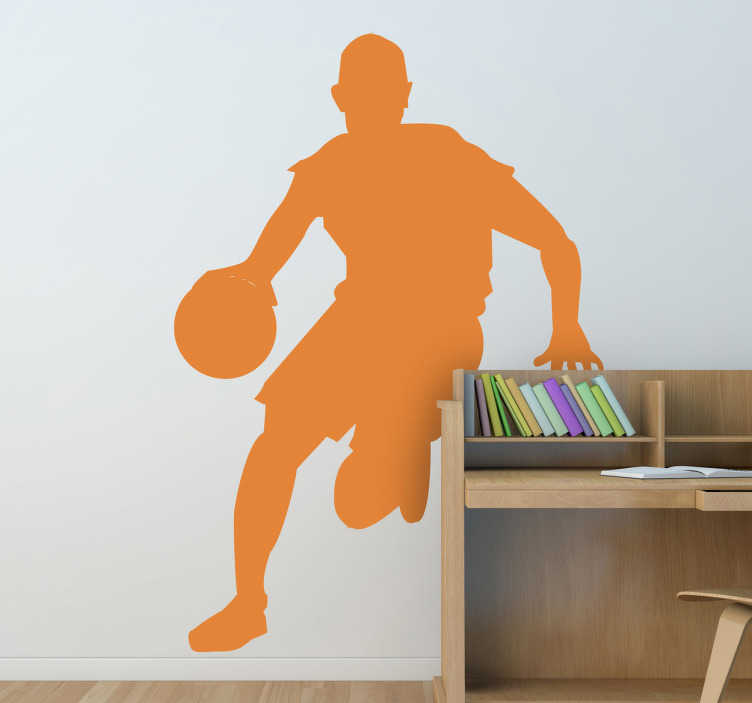 TenStickers. Sticker sport basketbalspeler dribbelen. Een leuke sport sticker van een basketbalspeler in volle actie. Speelt u graag basketbal? Dan is deze leuke muursticker zeker en vast iets voor u.