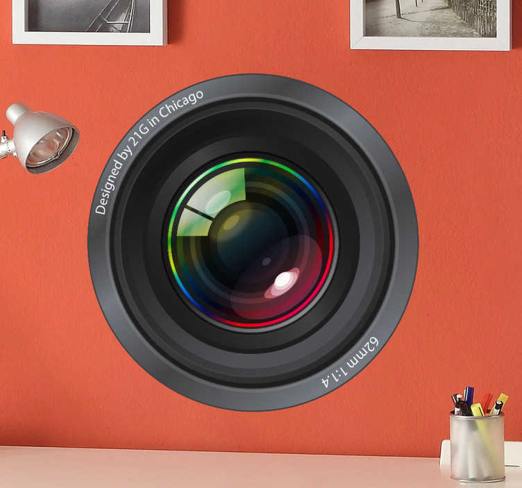 TenStickers. Sticker cameralens design. Deze leuke camaeralens sticker van een lens van een camera ziet er erg realistisch uit. Het lijkt net of de camera uit uw muur komt.