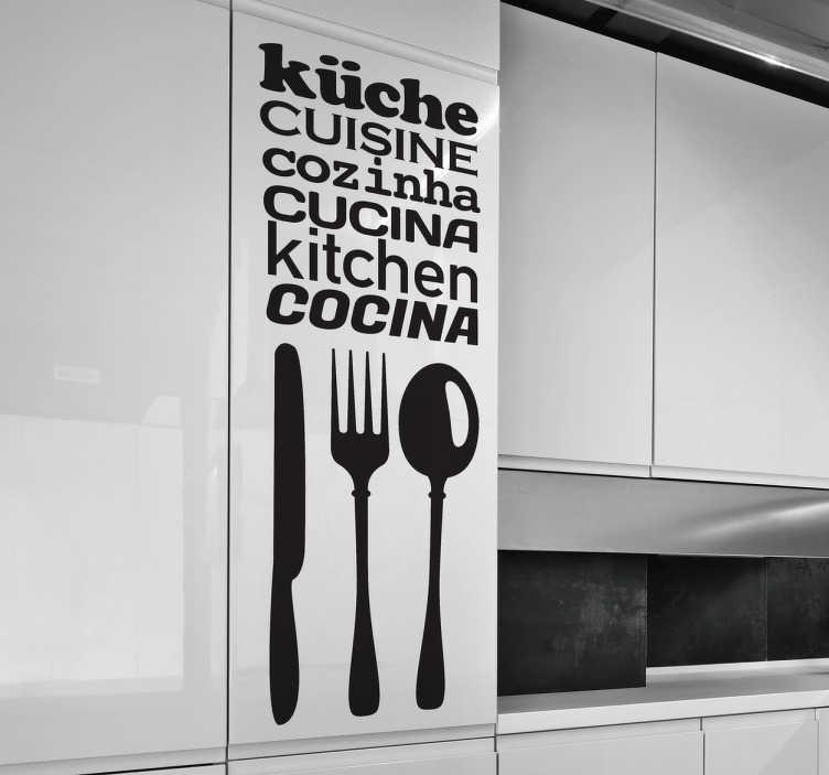 TenStickers. Adesivo decorativo testi cucina. Originale composizione in sticker raffigurante tre posate, a loro volta accompagnate dalla parola cucina scritta in sei lingue diverse.