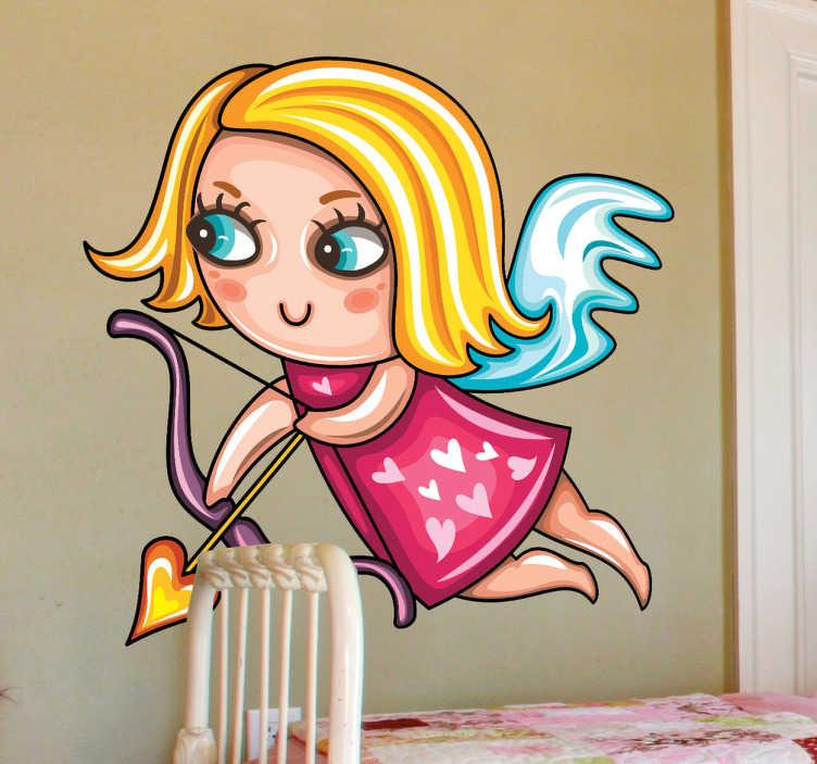 TenStickers. Sticker kinderkamer elf pijl en boog. Een leuke muursticker van een mooi blond elfje met een roze kleedje versierd met hartjes en blauwe ogen. Deze elf is de vrouwelijke versie van Cupido.