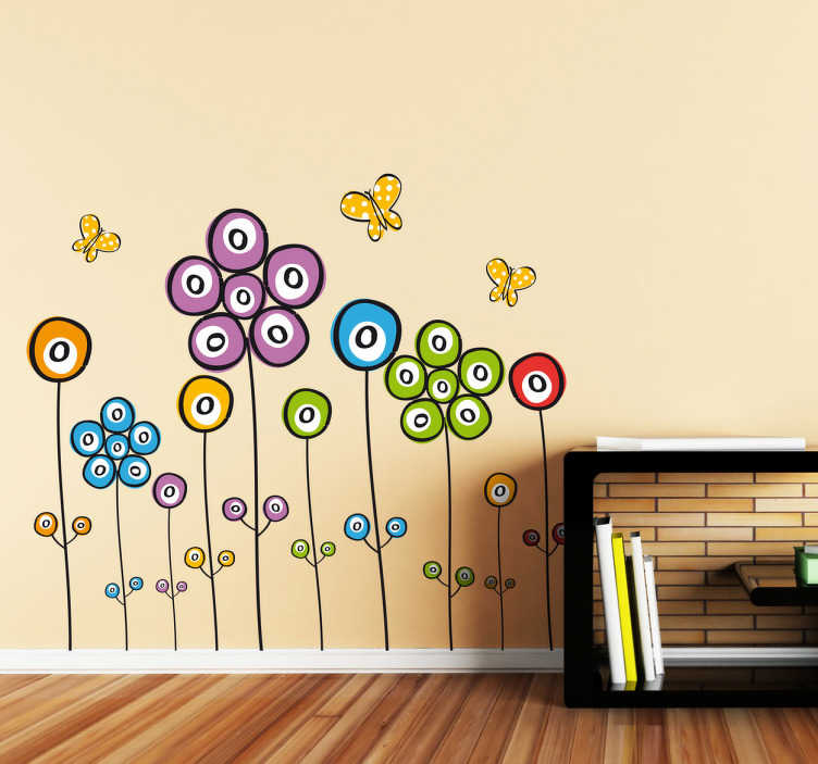TenStickers. Polje cvetja nalepke. Otroška stenska nalepka, ki ilustrira polje večbarvnih cvetov in rumenih metuljev, iz kolekcije nalepk cvetličnih sten. Idealen za vse otroške sobe, dnevno sobo ali spalnico.