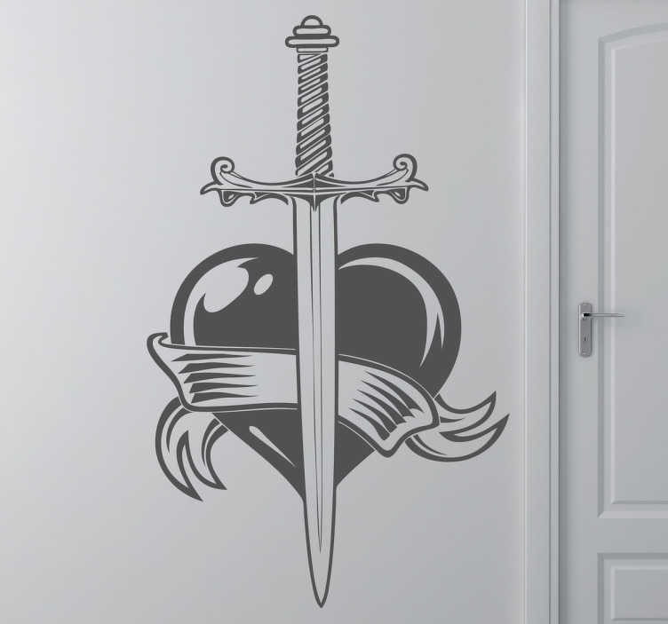 TenStickers. Sticker zwaard door het hart. Deze muursticker is gebaseerd op de bekende tatoeages. Een leuke wandsticker voor het versieren van uw woning!