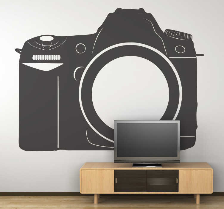 TENSTICKERS. カメラの壁のステッカー. プロのデジタルカメラを示す写真壁ステッカー。このステッカーを使って写真店を飾る。写真は芸術であり、この壁のデカールはこの芸術の本質を捉えています。それは、カジュアルで、出芽し、経験豊富な写真家のための理想的なステッカーです。