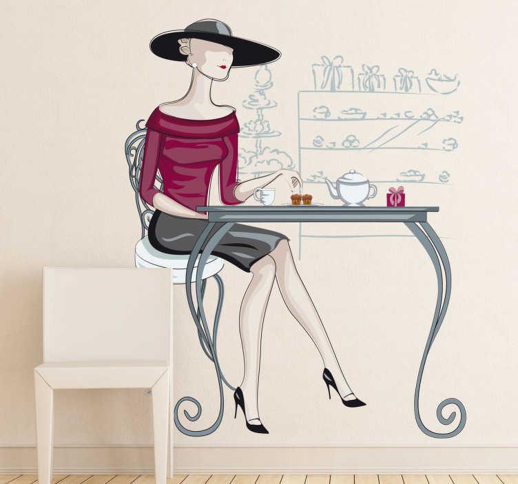 TenStickers. Wandtattoo elegante Frau im Cafe. Gestalten Sie Ihre Wand mit diesem eleganten Wandtattoo einer gut gekleideten Frau, die am Tisch einen Kaffee trinkt.