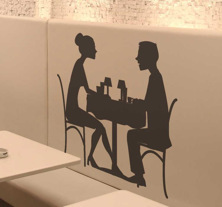 TenStickers. Sticker koppel uiteten diner. Een leuke muursticker van een verliefd koppeltje dat samen aan tafel zit. Een mooi idee voor het decoreren van uw keuken, restaurant of café.