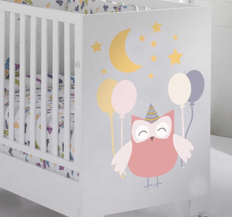 TenStickers. Sticker kinderen feestende uil. Een leuke en originele muursticker van een vrolijke uil dat een feestje viert onder de sterrenhemel met een feesthoed en ballonnen.