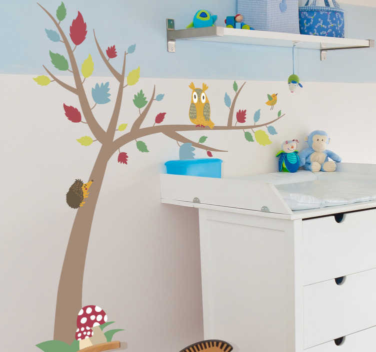 TenStickers. Baum mit bunten Blättern Aufkleber. Wandtattoo Wald - Ein Baum mit farbigen Blättern mit einem Igel, einer Eule und Fliegenpilzen - eine ideale Wandgestaltung fürs Kinderzimmer.