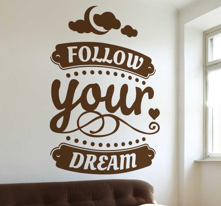 TENSTICKERS. あなたの夢の壁のステッカーに従ってください. 意欲的な壁のステッカーに「あなたの夢に従う」というフレーズが付いています。この感動的な壁の壁のステッカーはあなたの家やオフィスに陽気と勇気を与えるために必要なものです。この美しいデザインは、上記の月と雲が付いた筆記体のフォントで書かれた単語を示しています。