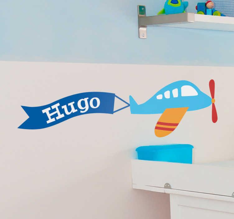 TenStickers. Adesivo infantil avião personalizado. Adesivo decorativo infantilque ilustra umaviãovoando pelo céu com uma bandeira com o nome do seu filho!