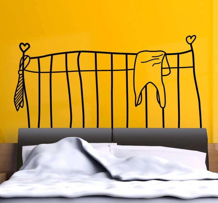 TenStickers. Autocolante decorativo cabeceira de cama. Autocolante decorativo ilustrando uma divertida cabeceira de cama coroada com corações, com uma camisola interior e uma gravata penduradas!