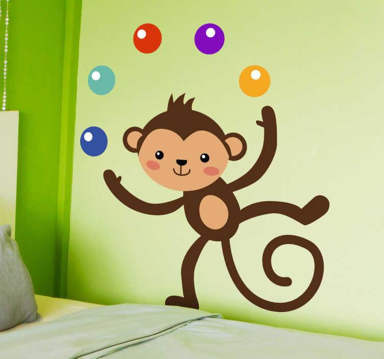 TenStickers. Naklejka dekoracyjna żonglująca małpka. Zabawna naklejka na ścianę dla dzieci przedstawiająca małpkę żonglującą pięcioma kolorowymi piłkami.