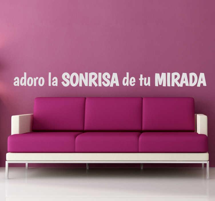 """TenVinilo. Vinilo decorativo adoro la sonrisa. Vinilo de texto romántico en el que podemos leer """"Adoro la sonrisa de tu mirada"""". Una bonita frase en adhesivo decorativo que quedará genial en las paredes de tu hogar."""