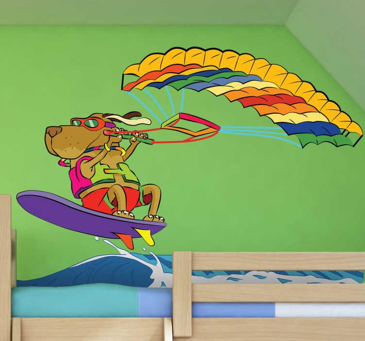TenStickers. Surfer Hund Aufkleber. Ein Hund mit Sonnenbrille auf einem Surfbrett beim Kitesurfen. Dieses abenteuerliche Wandtattoo ist ideal fürs Kinderzimmer!