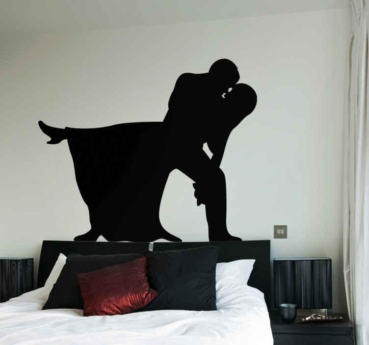 TenVinilo. Vinilo decorativo sexo en la cama. Silueta adhesiva de dos amantes desnudos practicando con pasión el amor.