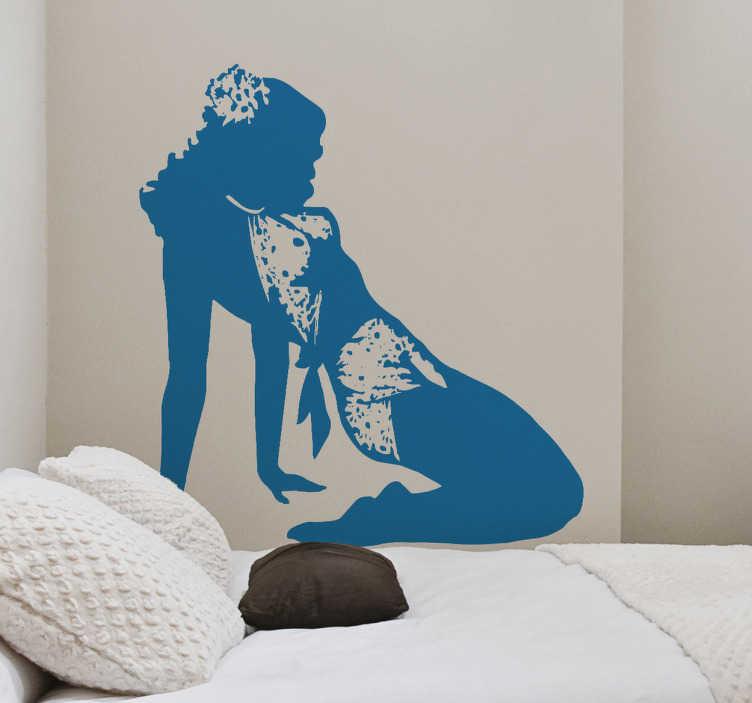 TenStickers. Naklejka sylwetka pin-up girl. Naklejka na ścianę przedstawiająca ponętną sylwetkę kobiety w stylu pin-up. Ta interesująca naklejka idealnie sprawdzi się w sypialni.