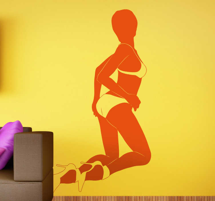 TenStickers. Naklejka dekoracyjna Kobieta odwrócona tyłem. Naklejka dekoracyjna na ścianę przedstawiająca kobietę w bieliźnie. Erotyczne naklejki na ścianę. Naklejki tylko dla mężczyzn.