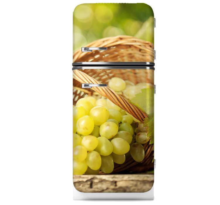 TenStickers. Naklejka na lodówkę winogrona. Naklejka na lodówkę przedstawiająca zdjęcie soczystych, zielonych winogron wypadających z wiklinowego koszyka.
