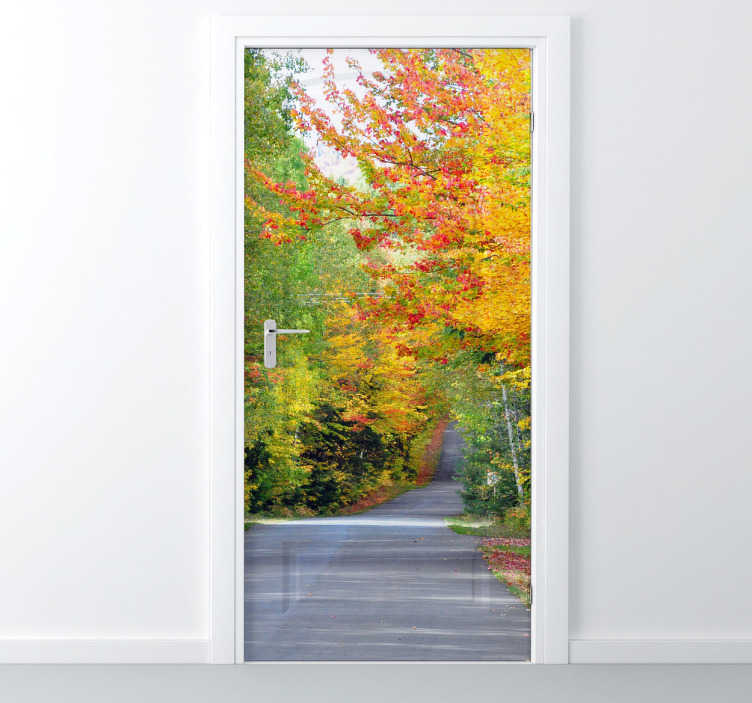 TenStickers. Autocollant mural route d'automne. Stickers mural représentant une route automnale, bordée par des arbres au feuillage jaunâtre.Personnalisez et adaptez le stickers à votre surface en sélectionnant les dimensions de votre choix.