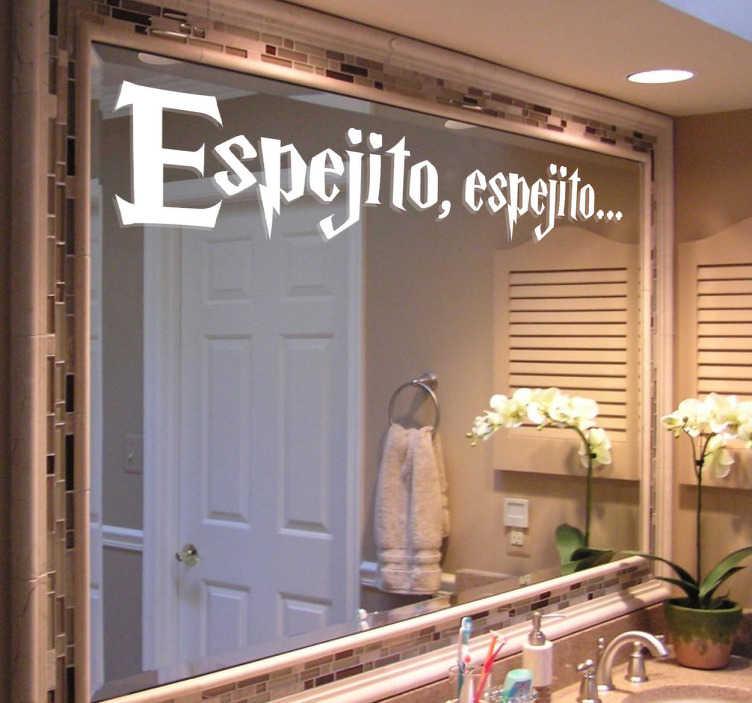 TenVinilo. Vinilo decorativo espejito espejito. Original adhesivo con el inicio de la frase que decía la bruja malvada en Blancanieves delante del espejo.