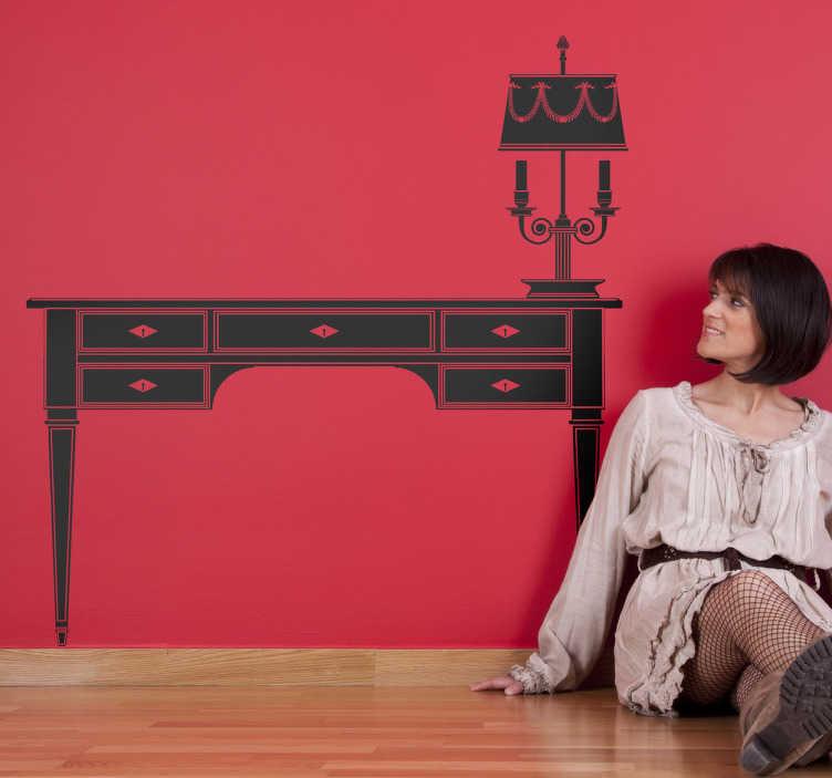 TenStickers. Muursticker Bureau en Bureaulamp. Op deze muursticker zijn een ouderwets bureau met laden en een bijpassende lamp afgebeeld.