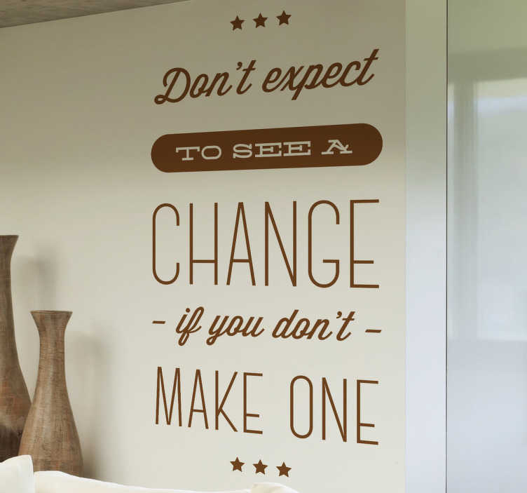 "TenStickers. 동기 부여 벽 스티커를 기대하지 마라.. 동기 부여 용 데칼 - ""만들지 않으면 변경 사항이 보이지 않을 것""이라고 벽 스티커를 인용하십시오. 긍정적이고 동기있는 분위기를 조성하십시오."