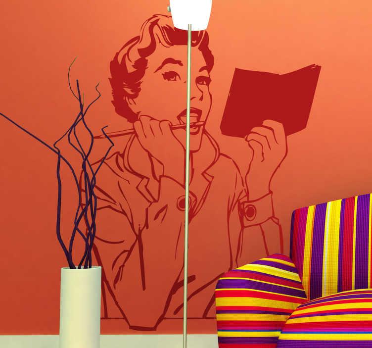 TenStickers. Autocollant mural secrétaire rétro. Stickers mural au style vintage représentant une jeune femme avec un bloc de papier et un crayon.Personnalisez et adaptez le stickers à votre surface en sélectionnant les dimensions de votre choix.
