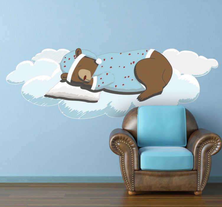 TENSTICKERS. 寝る熊の壁のステッカー. 子供のための雲の壁のステッカーの私たちの素晴らしいコレクションからクラウドで眠っているパジャマを身に着けている愛らしいクマのイラスト。これは、小さなものの寝室や遊び場を飾る理想的なデザインです。遊びの時に楽しい時間を過ごすことができる楽しい環境を作りましょう。