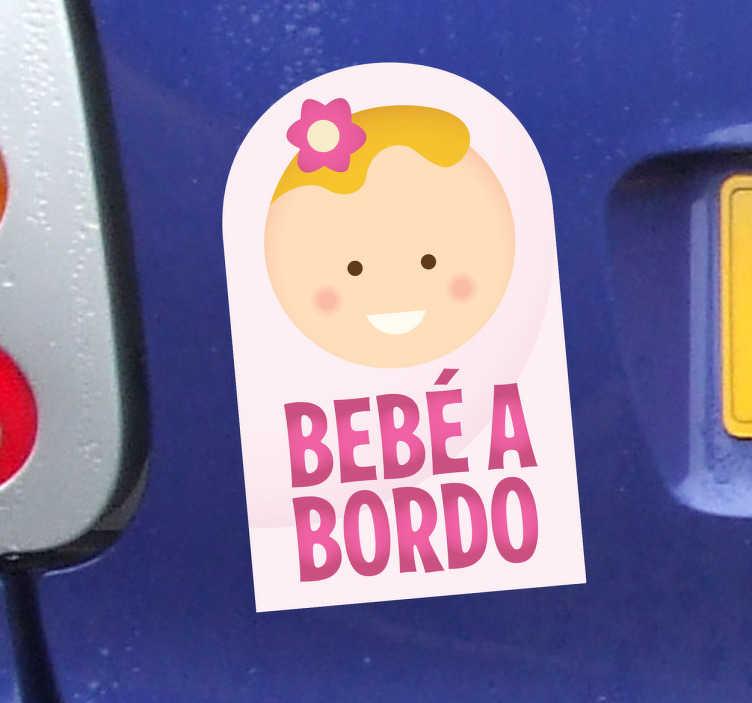 TenStickers. Auto Aufkleber Baby an Bord. Sie sind stolze Eltern geworden? Zeigen Sie es der ganzen Welt indem Sie sich diesen süßen Aufkleber für Ihr Fahrzug holen!