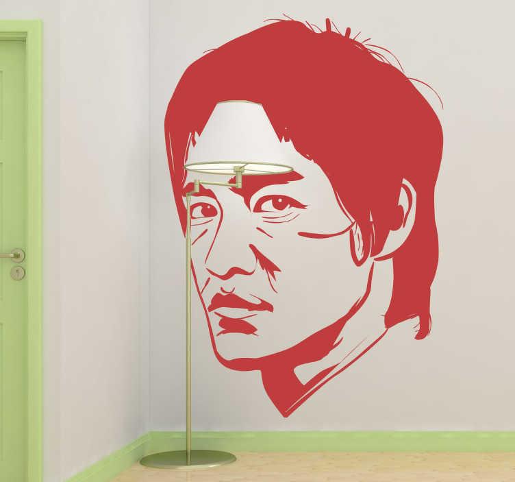 TenStickers. Naklejka Bruce Lee. Naklejka na ścianę przedstawiająca portret amerykańskiego aktora i mistrza sztuk walki pochodzenia chińskiego. Na swoim koncie ma masę znakomitych ról, w których zaprezentował swoje niesamowite umiejętności sztuk walki.