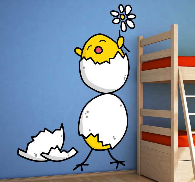 TENSTICKERS. 孵化した雛の壁のステッカー. 春のデイジーを保持する彼らの卵から孵化して2つの黄色の雛の遊び心と楽しい子供の壁のステッカー。面白い壁のステッカーのコレクションからデカール!あなたの子供が動物を愛しているなら、これは彼らの寝室や保育園をパーソナライズするのに最適な壁の装飾です!
