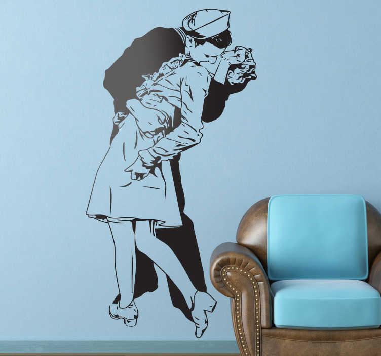 TenStickers. Marine Kuss New York Aufkleber. Dieses besondere Wandtattoo basiert auf dem bekannten Foto des küssenden Pärchens auf dem Times Square am V-J Day.