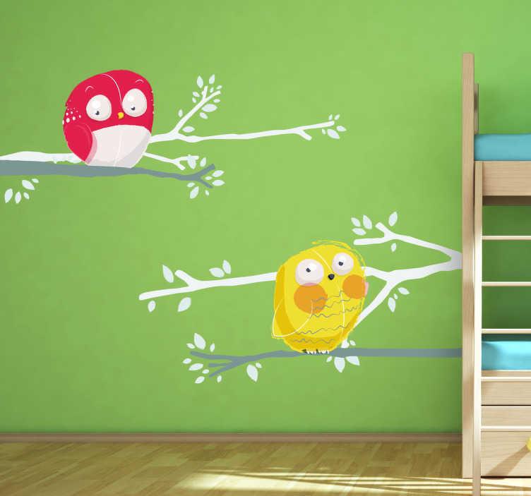 TenVinilo. Vinilo infantil dos pájaros en árbol. Espectacular adhesivo de dos lechuzas de color rojo y amarillo descansando subidas a una rama.