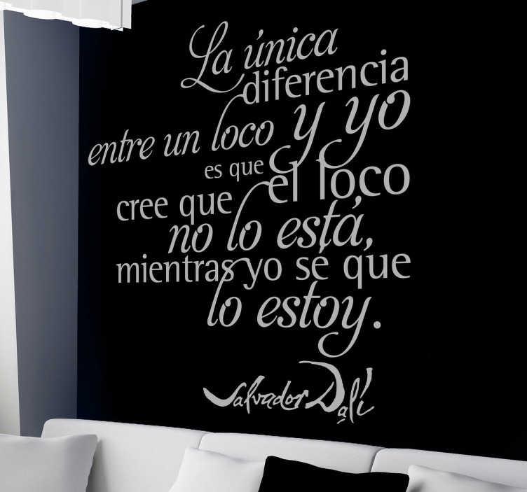 """TenVinilo. Vinilo decorativo frase loco Dalí. Adhesivo con la genial frase """"la única diferencia entre un loco y yo es que el loco cree que no lo está mientras yo sé que lo estoy"""". Un vinilo de texto con esta cita celebre de Salvador Dalí."""