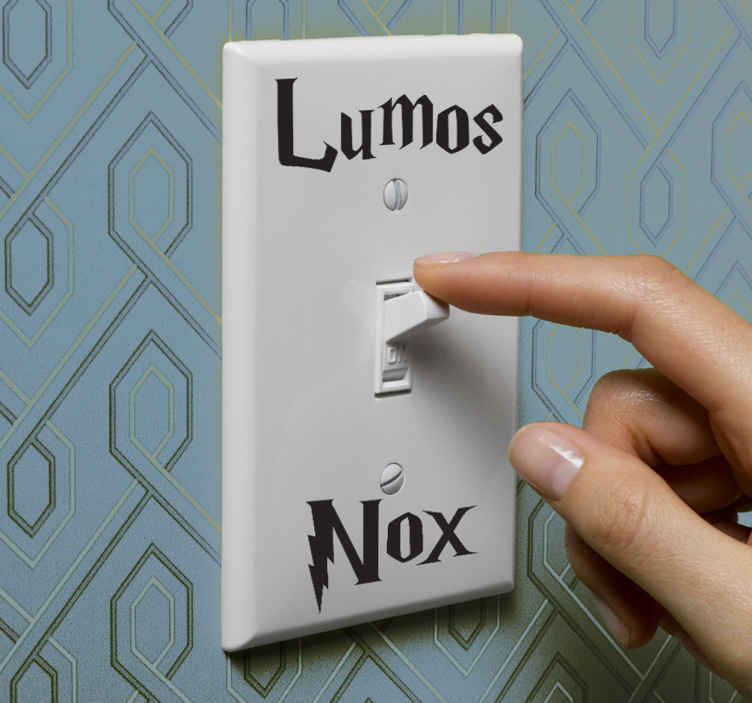 """TenVinilo. Vinilo decorativo interruptor lumos nox. Adhesivo monocolor para decorar las clavijas de luz de tu casa. Si eres fan de Harry Potter, querrás decorar tu hogar con esta pegatina en la que se realiza el hechizo para crear luz """"Lumos Nox""""."""