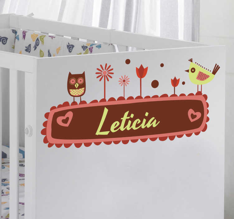TenStickers. Sticker bébé personnalisable. Sticker personnalisable avec le nom de bébé. Utilisez cet autocollant pour personnaliser des objets ou les murs.