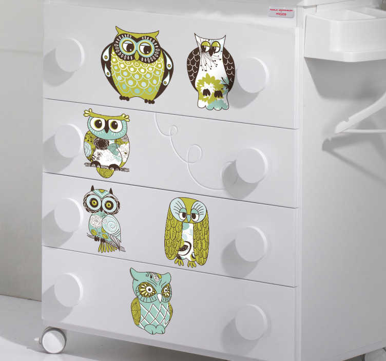 TenVinilo. Sticker decorativo seis búhos. Colección de media docena de vinilos decorativos de aves rapaces nocturnas de tonos verdes y marrones.
